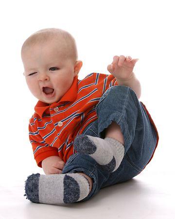 funny baby boy de inclinar la parte inferior en el aire y hacer un bonito rostro  Foto de archivo