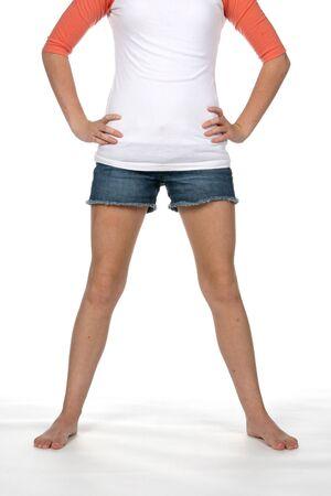 flat stomach: piuttosto teen in piedi e mostrando piatto stomaco e le gambe nude