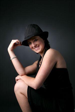 hübsche Teenager-Mädchen in schwarzen Hut, Kleid, und nackte Arme und Beine  Lizenzfreie Bilder - 3282170