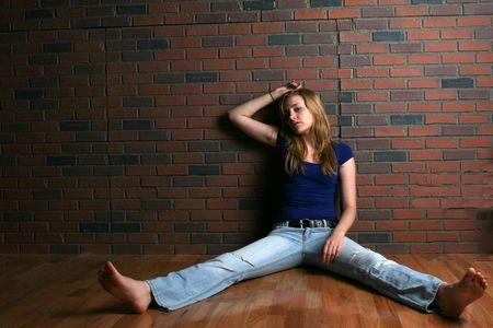 beine spreizen: Frau zeigt das Konzept der Depression und Hoffnungslosigkeit