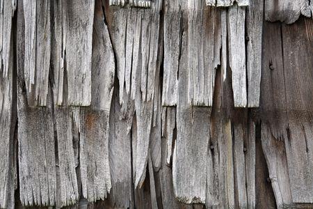 cedar shakes: cerca de los antiguos, degradado, tattered revestimiento de madera o culebrilla