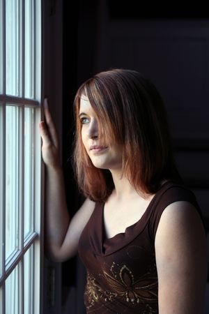 窓際の美少女ティーン待機中の自然光写真