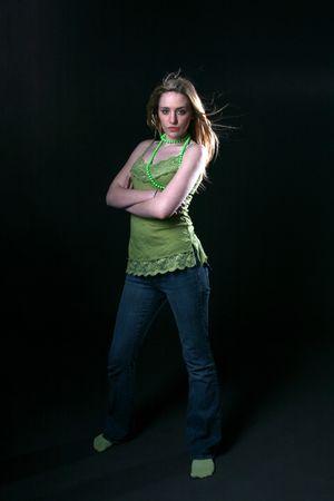 highlighted hair: giovane donna in verde, con in evidenza i capelli