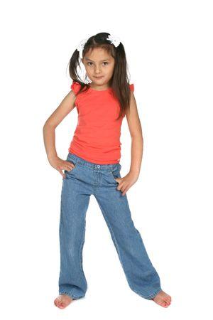schattig meisje met ponytails en handen op haar heupen