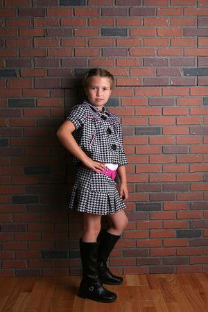 スタイリッシュな服や態度とかわいい若い女の子