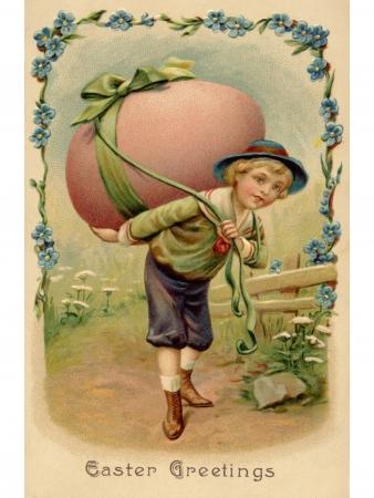 pasqua cristiana: Una cartolina d'epoca di Pasqua di un ragazzo con un grande uovo di Pasqua sulla schiena Archivio Fotografico