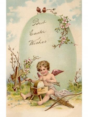 pasqua cristiana: Una cartolina d'epoca di Pasqua di un cupido frecce e facendo un grande uovo di Pasqua Archivio Fotografico