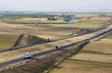 Een zicht op Interstate 5, Californië via de centrale vallei.