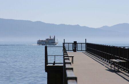 桟橋、美しい山の湖に延びています。 写真素材
