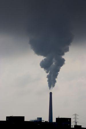 kwaśne deszcze: A komin belches zanieczyszczeń z elektrowni. Zdjęcie Seryjne