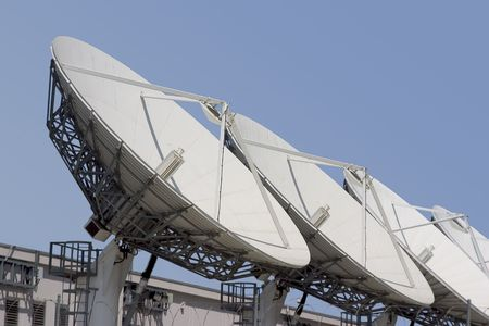 A group of satellite dishes point skyward. Banco de Imagens