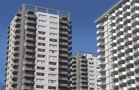 over packed: Un grupo de modernos (probablemente a partir de los a�os 60) apartamentos. Foto de archivo