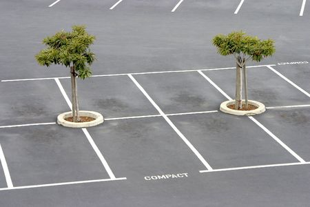 Lege parkeerplaatsen wachten pendelaars.