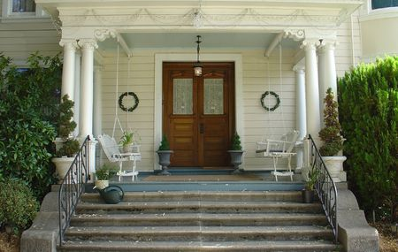 White picket entry gate in front of a early 1900s home. Pro-mist filter gives a slight glowing nostalgic quality to the image. Banco de Imagens