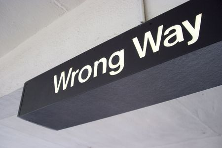 """Dit is een """"Wrong Way"""" teken ik gevonden in een parkeergarage. Stockfoto"""