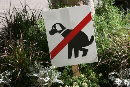 defecate: Un segno mette in guardia i proprietari di cani per tenere cani da pooping in fiori. Archivio Fotografico