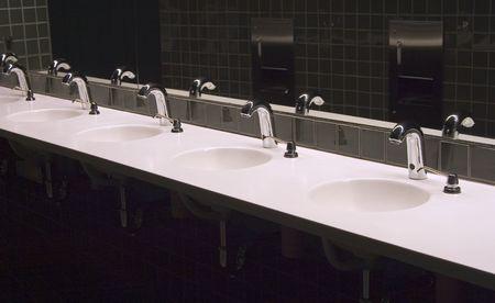 公共の浴室の流しのライン。 写真素材