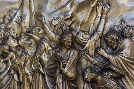 真鍮の教会の扉に宗教的なアイコン。 写真素材