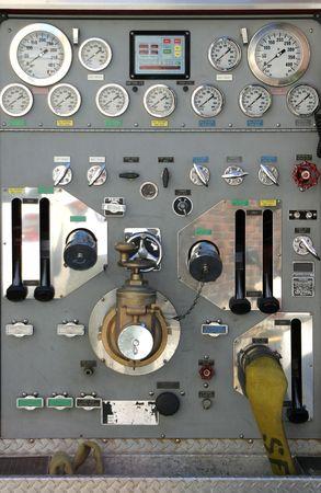 De verschillende wijzerplaten, knoppen en schakelaars van een moderne brandweer vrachtwagen.