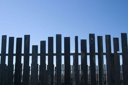 暗い木製フェンスの支柱のライン。 写真素材