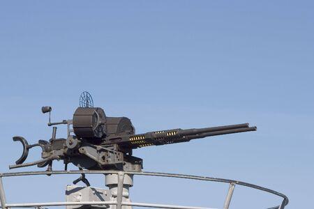 machine-gun: Een groot kaliber machine geweer op het dek van een onderzeeër. Stockfoto
