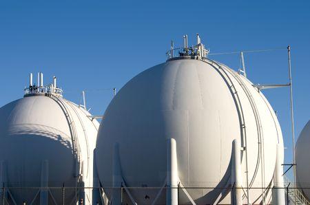 The storage tanks of a modern oil refinery.   Banco de Imagens
