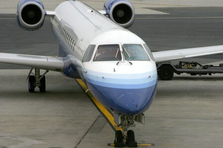 A commuter jet pulls up to the terminal at Newark international airport. Imagens