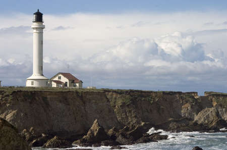 ポイント アリーナ、カリフォルニア州の険しい崖の上の灯台。