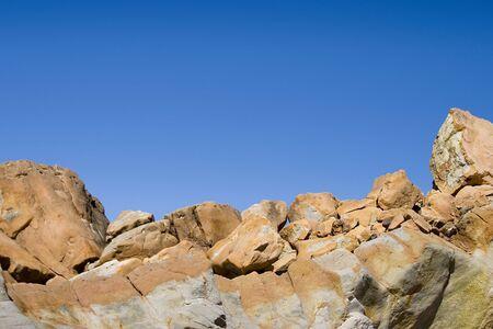 ギザギザの岩の地平線。