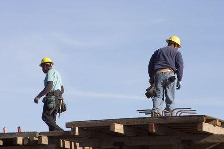Een paar werken op een bouwplaats.