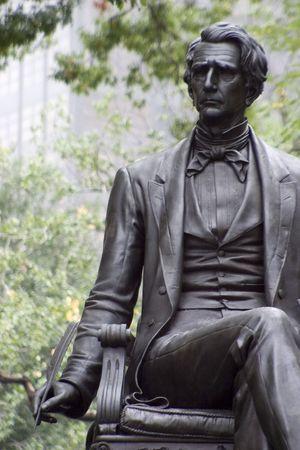 Het standbeeld van een schrijver in Madison Square Park, New York City.