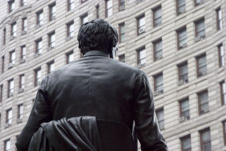 도시 동상의 뒤를보고.