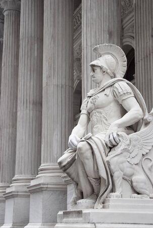neocl�sico: Una estatua de un individuo que mira romano delante de un edificio labrado neocl�sico.