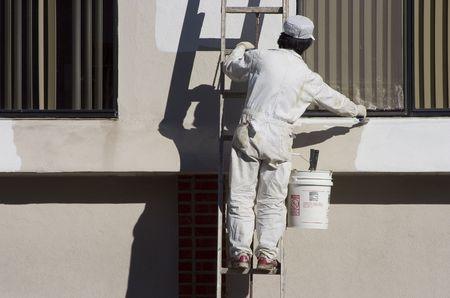 poleas: Un pintor se aplica una nueva capa de pintura.