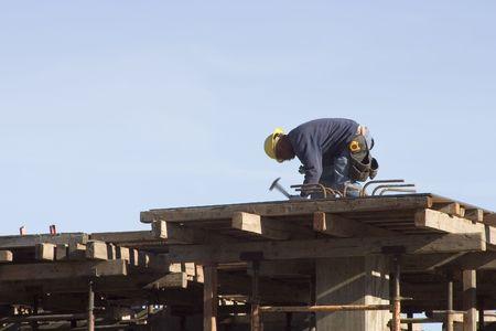 Een werknemer op een bouwplaats.