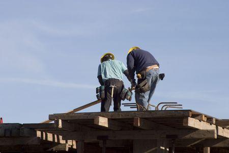 Twee werknemers op een bouwplaats.