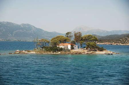 Een klein eiland zit alleen in de Middellandse Zee.