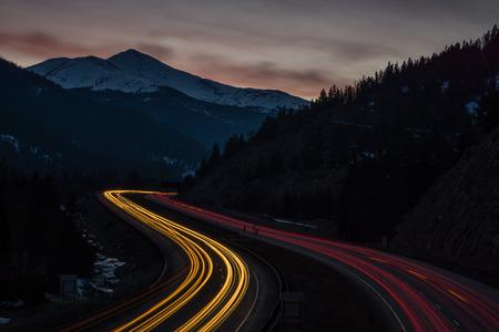 Een lange belichtingsopname van I-70 West, nabij Silver Plume, Colorado. Stockfoto