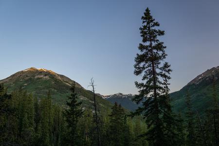 콜로라도 인디펜던스 패스 (Independence Pass, Colorado) 근처의 라 플라 타 피크 (La Plata Peak)를 따라 가십시오. 스톡 콘텐츠