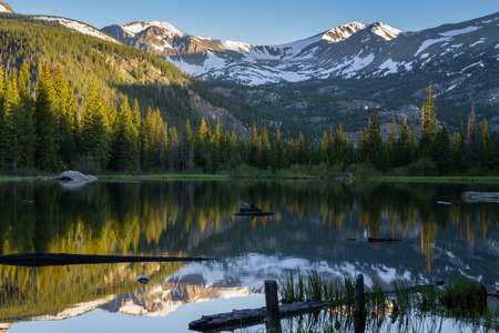 Sunrise on Lost Lake, near Nederland, Colorado. 免版税图像 - 90793600