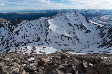 A view of Bierstadt from near the summit of Mount Evans.  The famous Sawtooth Ridge is seen on the right. Stockfoto - 125225574
