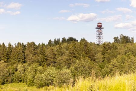 Tower for navigation aircraft on the background of the forest. Standard-Bild