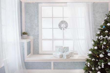 Helles Interieur, Fenster mit Vorhängen, weiße Fensterbank, Weihnachtsbaum, Fenster und Geschenke