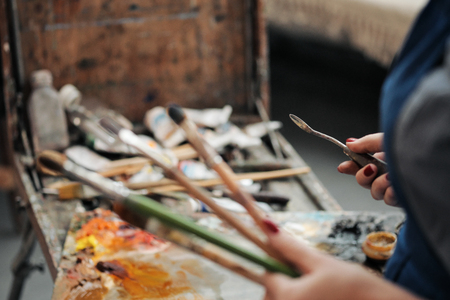 Brushes in the hands of the artists women. Drawing and art. Creative profession and inspiration. Imagens