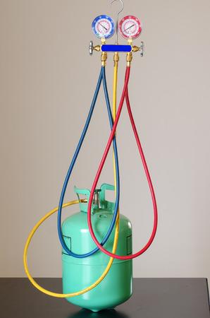 Hvac guages aangesloten op een fles van R-22 Stockfoto