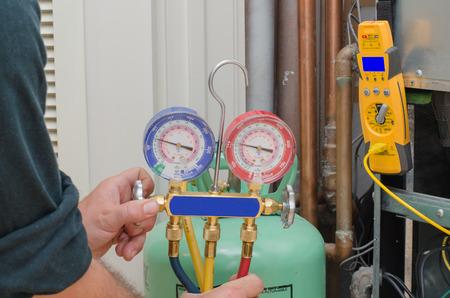 woonwijk: Het opladen van een residentiële warmtepomp systeem met koelmiddel Stockfoto
