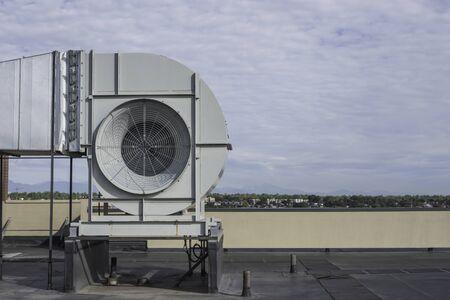 Komercyjny wentylator wentylacyjny na dachu wysokiego budynku widok z boku