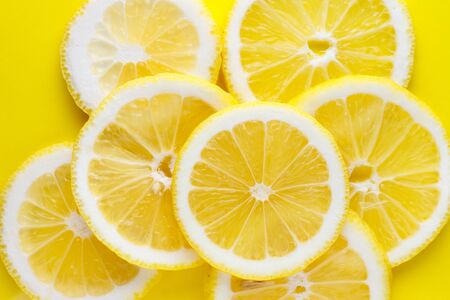 Background from bright juicy sliced lemon slices. Imagens - 149562808