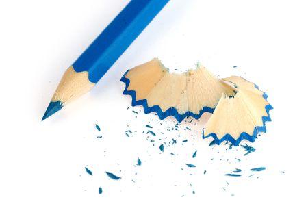 sacapuntas: lápiz azul y virutas aislados sobre fondo blanco