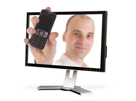 traslados: hombre transfiere un tel�fono m�vil a trav�s de una pantalla de ordenador  Foto de archivo